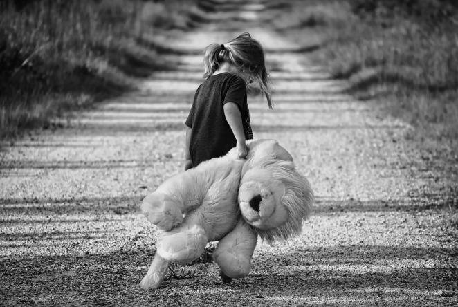 petite fille avec sa peluche