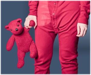 Enfant rose avec sa peluche