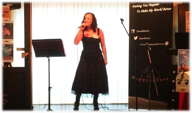 Cindy Faway chante au sein de l'espace Happysphere
